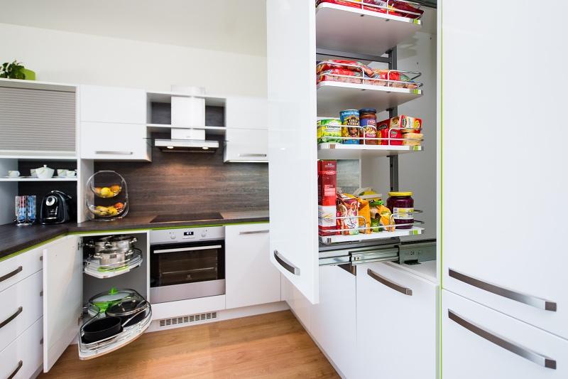 ce5106a1ee96 Kuchyň do tvaru U v kombinaci bílého lesku a zelených lesklých ...